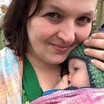 Pasfoto Marloes Bongers met baby op haar buikin de draagdoek